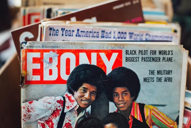 Viele Zeitschriften hintereinander aufgereiht