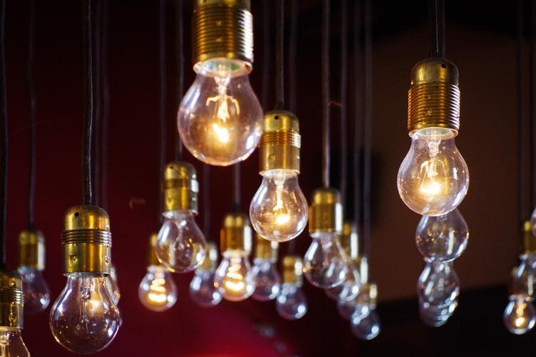 Tag der Erfinder   Leuchtende Glühbirnen   Saturn Gutschein