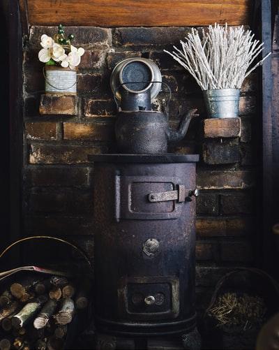Tag der Erfinder   alter Ofen mit alter Teekanne   Media Markt Gutschein