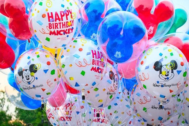 Bunte Luftballons mit Aufschrift