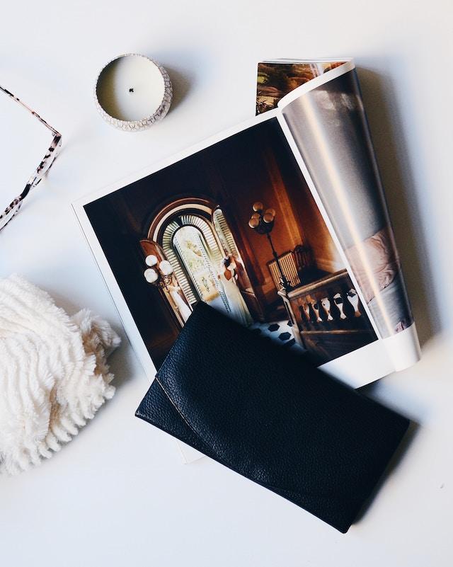 Zeitschrift im Mittelpunkt eines Fotos
