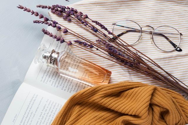 Eine Parfumflasche, eine Decke, eine Brille | rabatte coupons