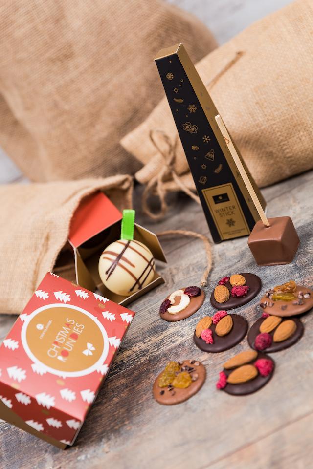 Feine Schokoladenstücke, die aus einer Weihnachtstüte fallen | rabatte coupon