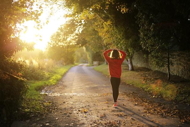 Eine Frau beim Joggen im schönen Herbstwetter | rabatte coupon