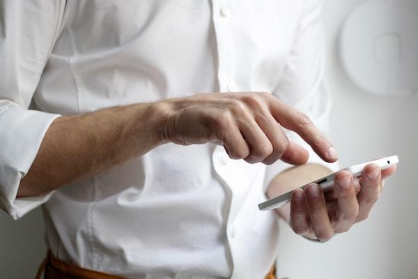 Mann mit Handy in der Hand | www.rabatt-coupon.com
