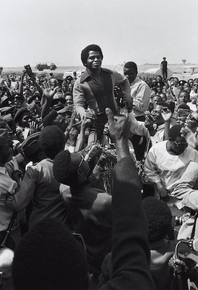 James Brown in der Menge | www.rabatt-coupon.com