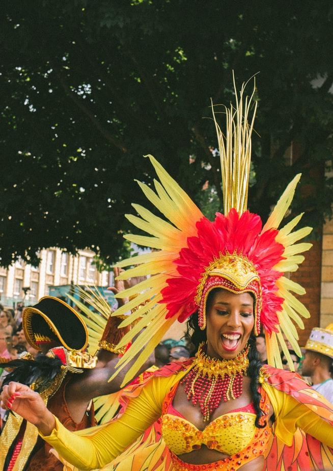 Verkleidete Frau auf dem Karneval   rabatte coupons