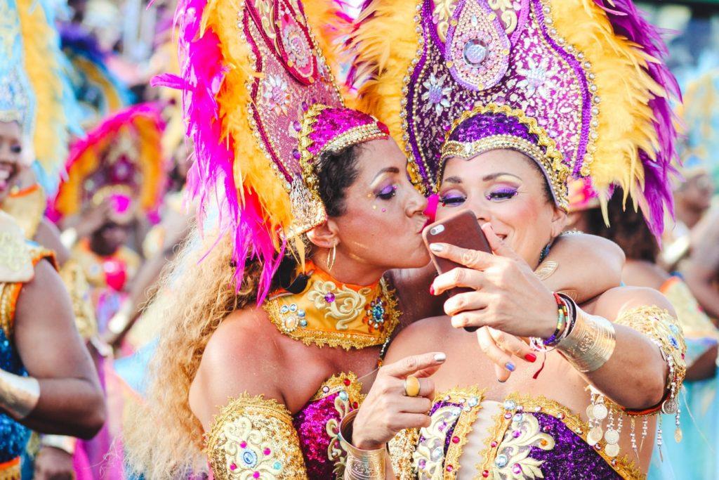 Zwei verkleidete Frauen machen ein Selfie   rabatte coupon