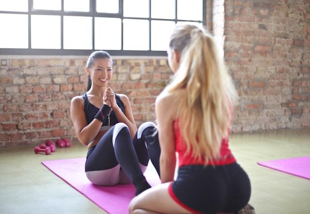 Frauen machen zusammen Sport