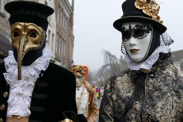 Zwei Personen mit Kostüm | rabatte coupons