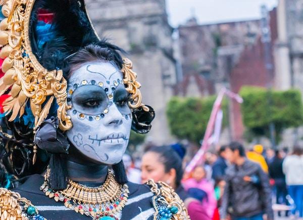 Frau mit farbigem Kostüm am Karneval   rabatte coupon