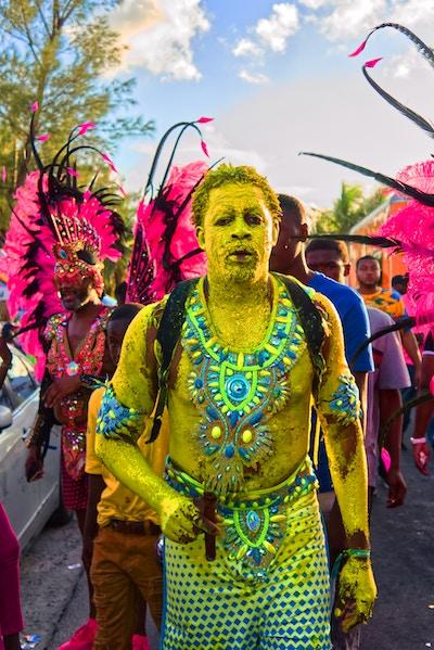 Verkleidete Personen auf einem Karnevals-Umzug   rabatte coupons