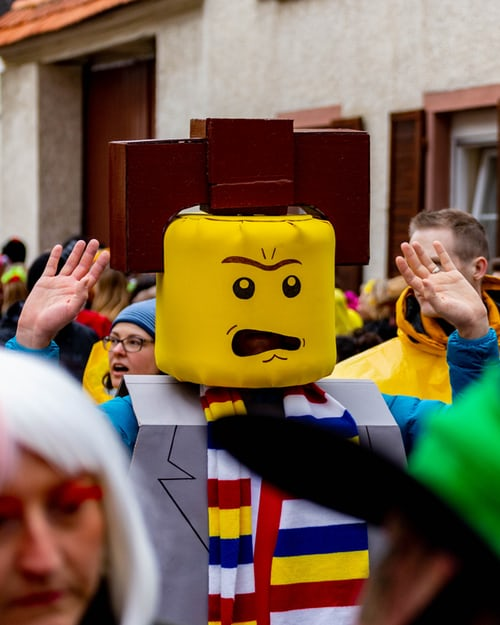 Person als Lego-Figur verkleidet   rabatte coupon