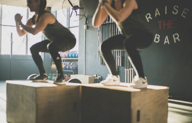 Zwei Frauen im Fitnessstudio | rabatte coupons