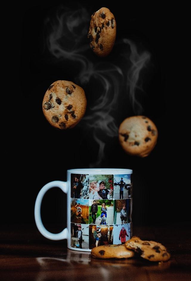 Eine Fototasse mit Kaffee und Cookies