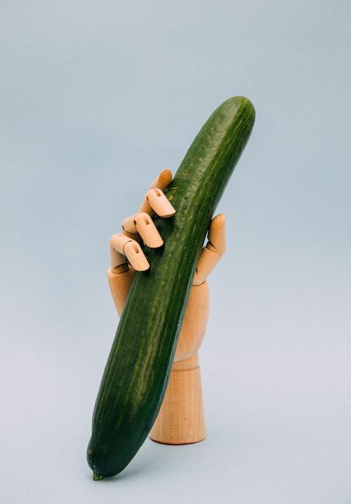 Salatgurke in der Hand | www.rabatt-coupon.com