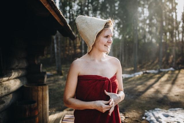 Eine Frau leicht bekleidet vor einer Sauna | parfumdreams gutschein bestandskunden