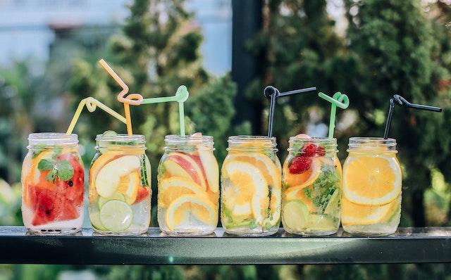 Wassergläser mit vielen Früchten | BLATTKULTUR Gutscheincode