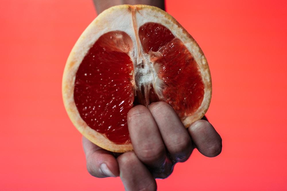 Finger in einer Grapefruit | www.rabatt-coupon.com