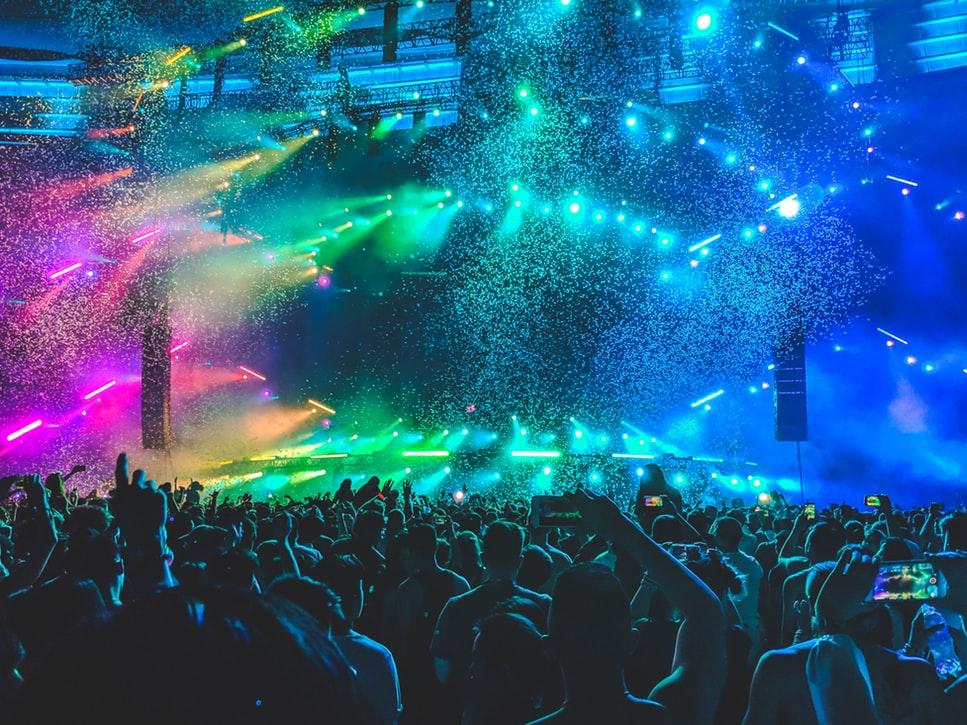 Menschenmenge auf Konzert mit tollem Licht | rabattcoupons
