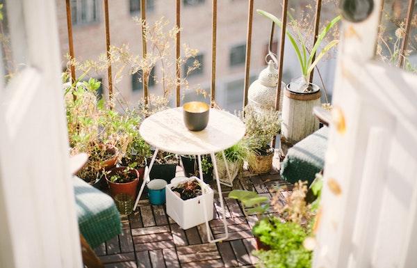 Balkon mit Holz-Fließen verschönern und dabei mit Obi Gutschein sparen.