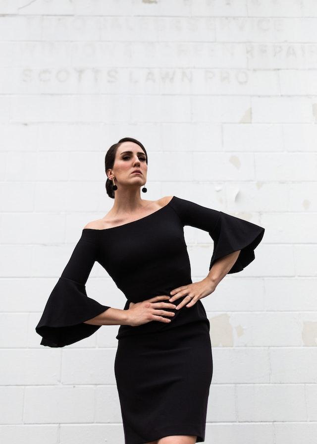 Eine Frau im schwarzen Kleid | rabatte coupons