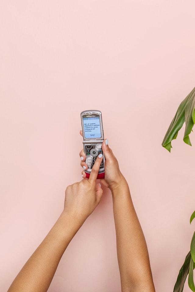 Ein altes Motorola RAZR V3 Handy | rabatte coupons