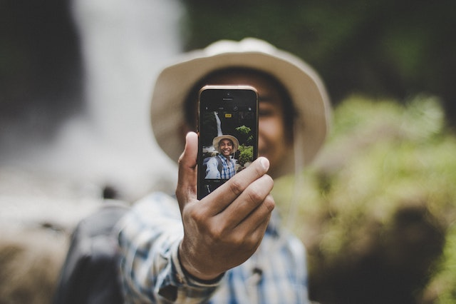 Ein Mann macht ein Selfie | rabatte coupons