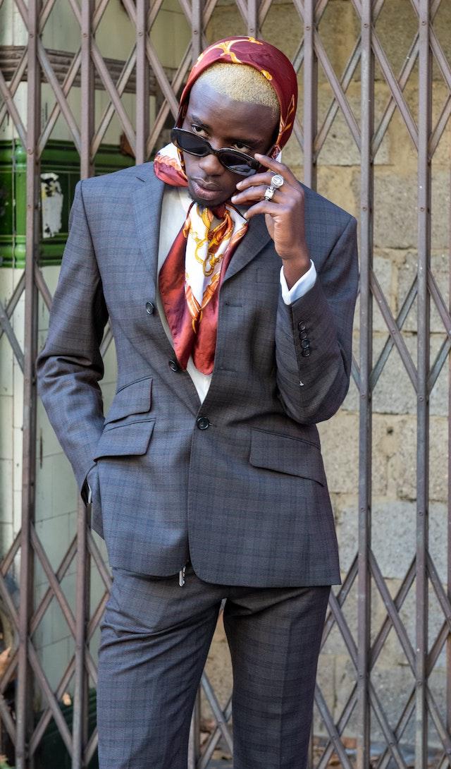 Ein Mann in einem karierten Anzug | rabatte coupons