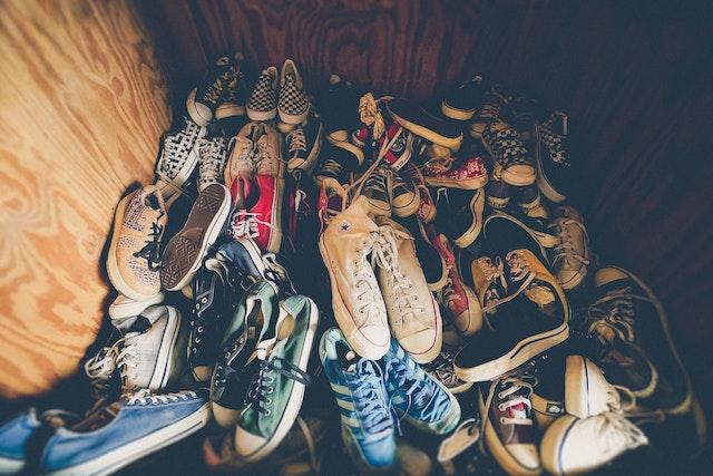 Ein Schuhhaufen in einer Ecke | rabatte coupons