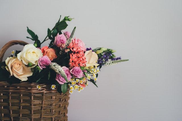 Ein bunter Blumenstrauß im Korb   rabatte coupons