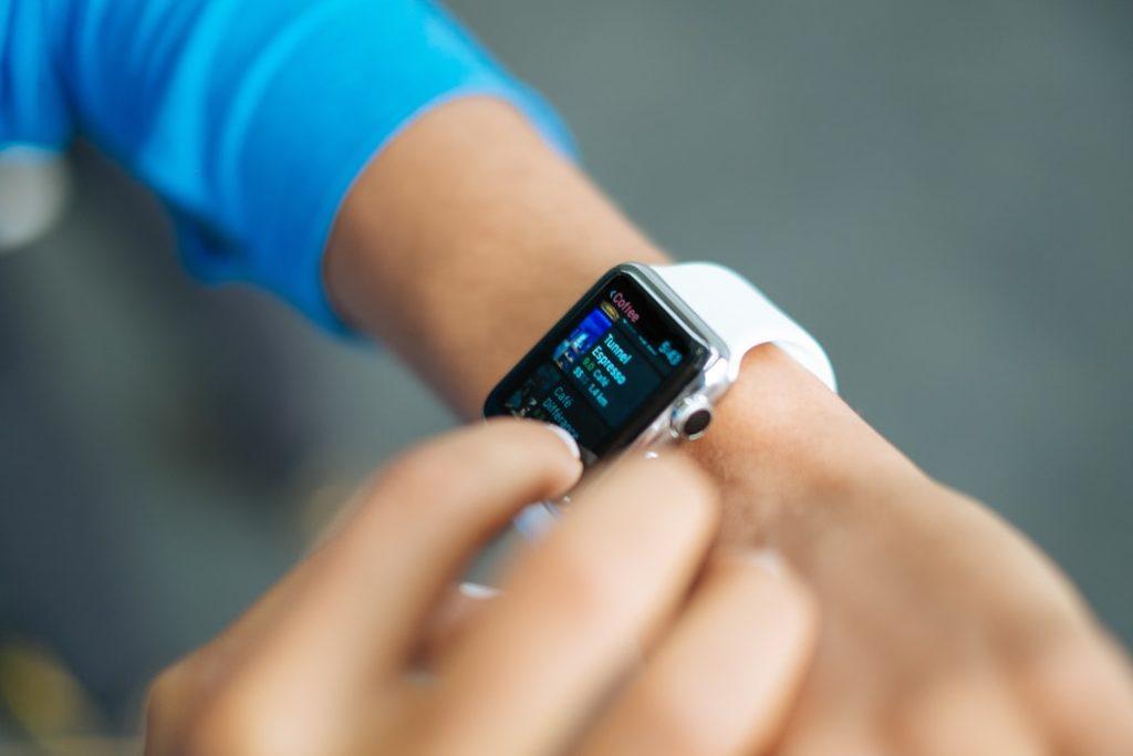 Smartwatch am Handgelenk   www.rabatt-coupon.com