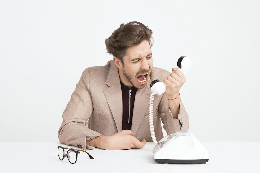 Büroalltag in Corona Zeiten | Im Büro telefonieren | www.rabatt-coupon.com